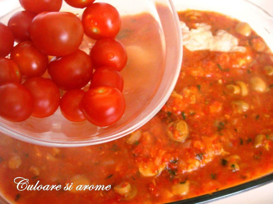 Pulpe de pui cu sos de ciuperci, rosii, gogosari