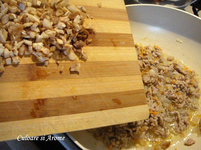 Ciuperci umplute cu carne tocata si sos de rosii